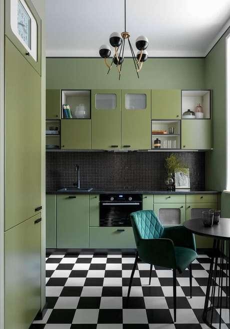 34. Cozinha retrô decorada com armário verde oliva e pisto preto e branco xadrez – Foto: Decoist