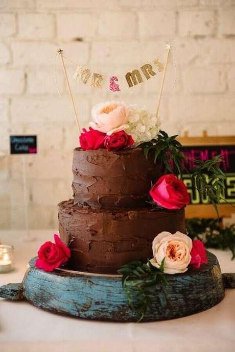 83. Lindo bolo de noivado simples decorado com rosas – Foto: Casando no Quintal