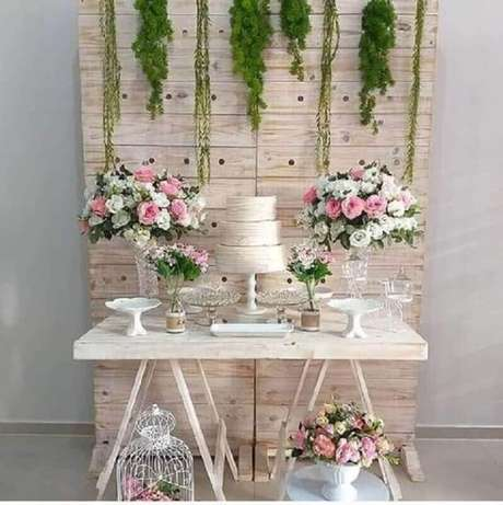 80. Decoração simples para noivado rústico com arranjos de rosas – Foto: Pinterest