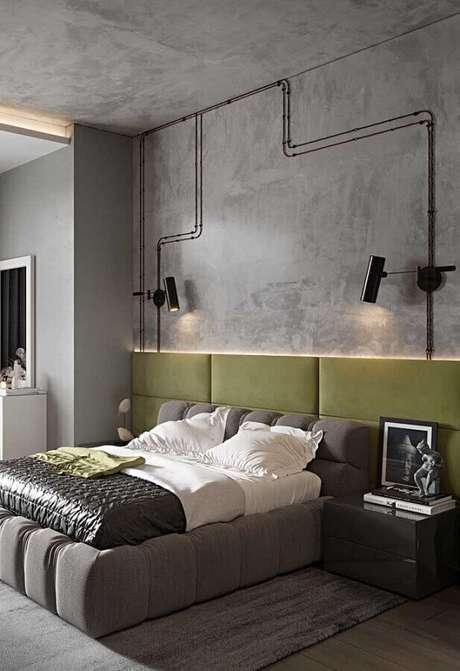 44. Quarto cinza estilo industrial decorado com parede de cimento queimado e cabeceira verde oliva estofada – Foto: Pinterest
