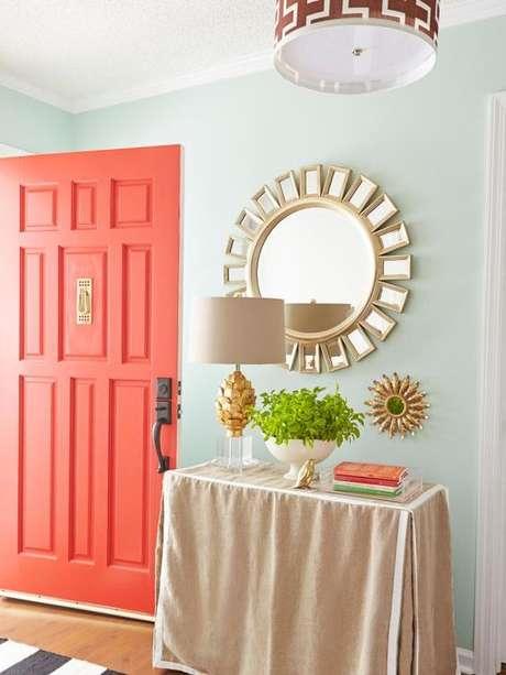 21. Decoração com porta Cor Coral – Foto Simplichique