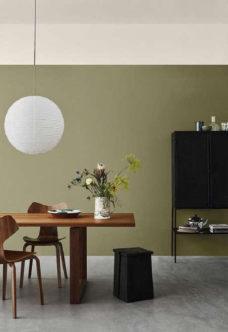 31. Decoração para sala minimalista com parede verde oliva – Foto: Pinterest