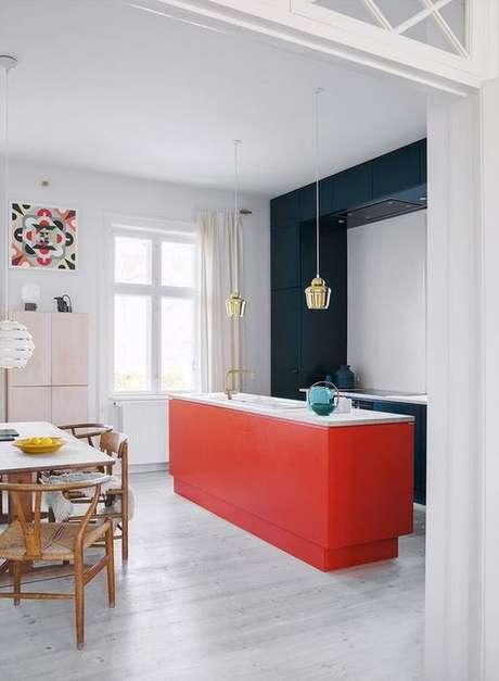 7. Bancada de cozinha cor coral e armário azul marinho – Foto Pinterest