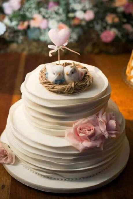 61. Delicado bolo de noivado simples com lindo ninho de passarinho no topo e flores rosa – Foto: Casar em Campinas