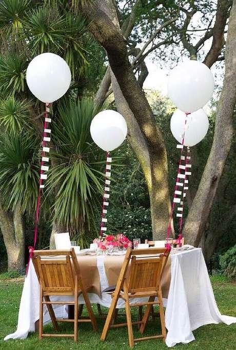 79. Decoração para noivado simples ao ar livre com balões brancos – Foto: Pinterest