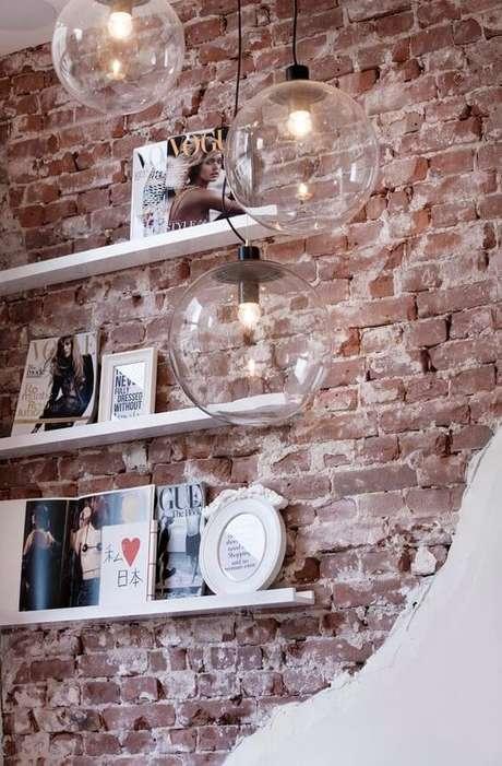 48. Papel de parede rustico com prateleira branca – Foto Revista VD