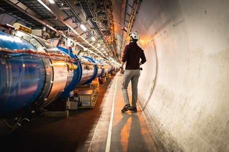 O acelerador de partículas foi construído em um túnel circular de 27 km sob a fronteira franco-suíça