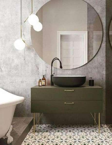 10. Banheiro moderno decorado com espelho redondo e gabinete verde oliva – Foto: ELLE