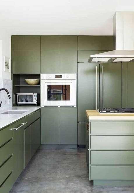 22. Decoração de cozinha planejada moderna na cor verde oliva – Foto: Casinha Colorida