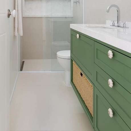 2. Banheiro branco pequeno decorado com gabinete verde oliva – Foto: Doma Arquitetura