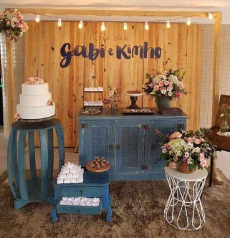 5. Decoração de noiva simples e rústico com painel de madeira e móveis antigos – Foto: Clarissa Cunha