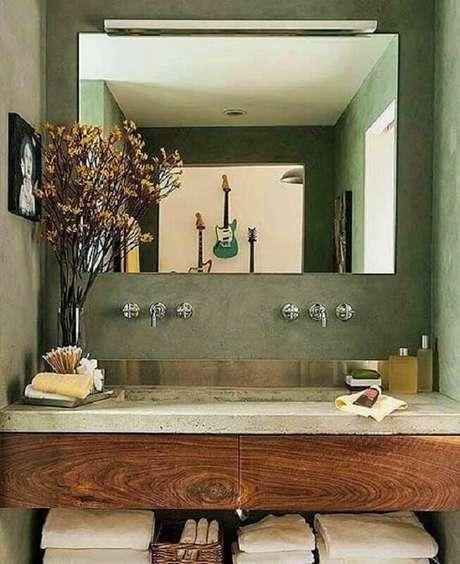 37. Parede verde oliva para banheiro decorado com espelho sem moldura – Foto: Pinterest