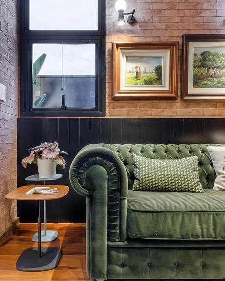 51. Sofá verde oliva capitonê para sala decorada com parede de tijolinho – Foto: Andrea Murão