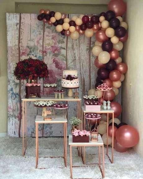 56. Aqui o arranjo com balões fez toda a diferença na decoração da mesa da festa de noivado simples – Foto: Del Bosque Decorações Locações