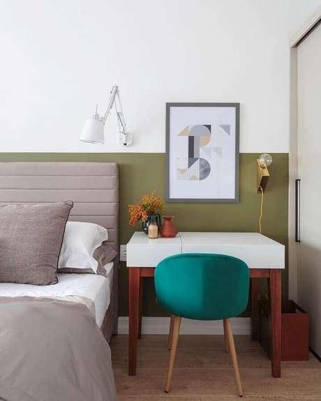38. Tinta verde oliva para decoração de quarto de casal com cabeceira estofada cinza – Foto: Maurício Arruda