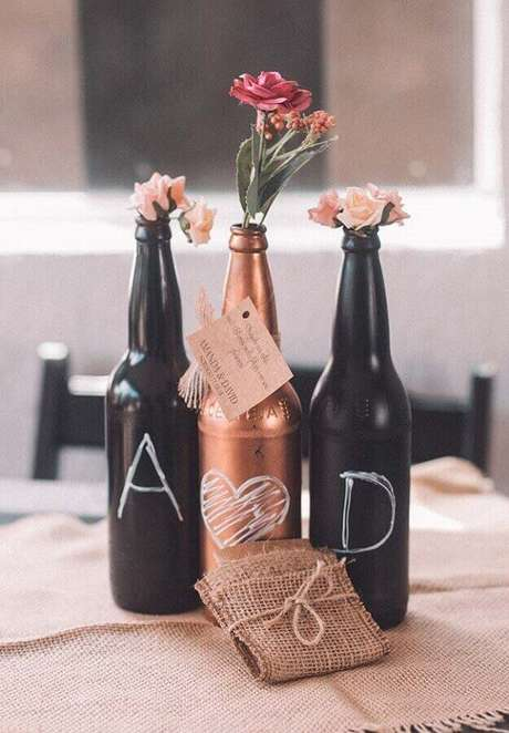 7. Decoração simples de noivado com garrafinhas de solitário para flores – Foto: Neu dekoration stile