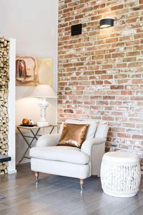40. Papel de parede rustico para sala com poltrona branca – Foto Pinterest