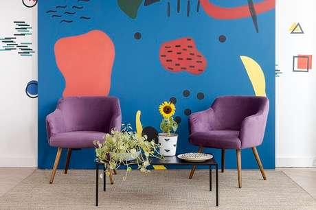 8. As pinturas orgânicas na parede trazem uma cara nova à sua sala gastando zero ou pouco dinheiro. Fonte: Mobly