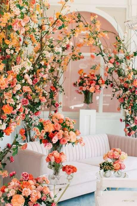 20. Decoração com flores cor coral – Foto Pinterest