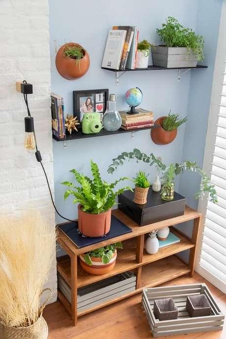 7. As plantinhas decoram e trazem uma cara nova à sua sala gastando zero ou pouco dinheiro. Fonte: Mobly