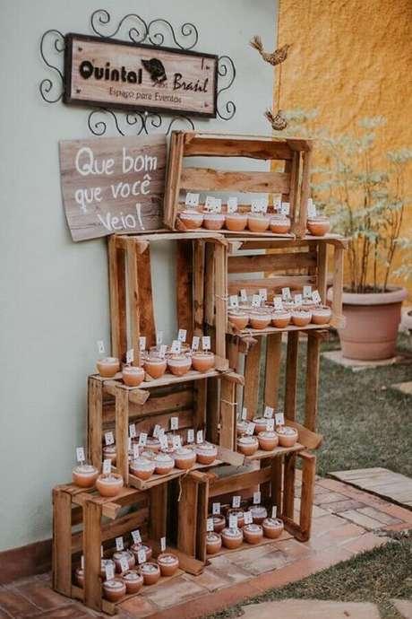 8. Caixotes de feira para decoração de noivado simples e rústico – Foto: Pinterest
