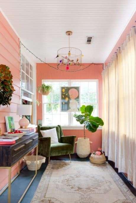 42. Parede cor coral com poltrona verde de veludo – Foto Apartment Therapy