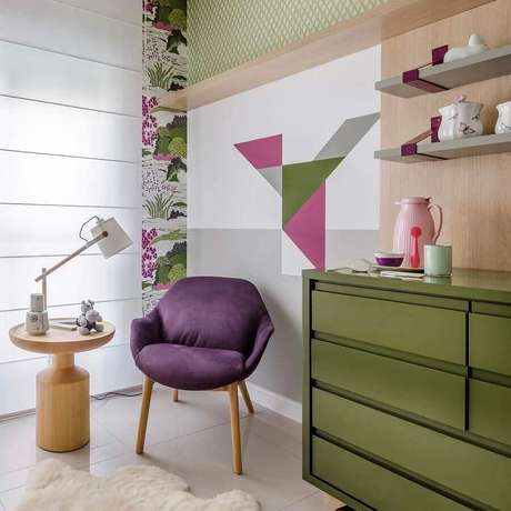 46. Poltrona verde oliva para decoração de quarto de bebê moderno – Foto: Andrea Murão