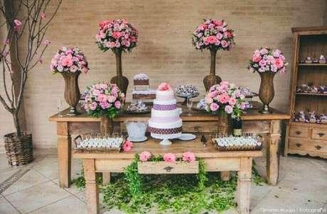 45. Na decoração simples de noivado rústico arranjos de flores não podem faltar – Foto: Verbo Casar