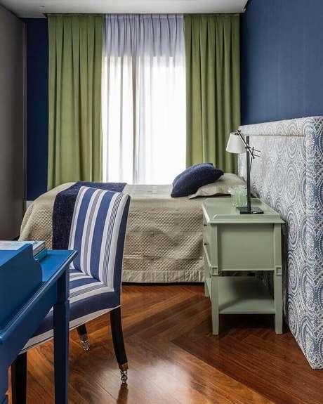 8. Quarto de casal azul decorado com cortina na cor verde oliva – Foto: Maurício Karam Arquitetura