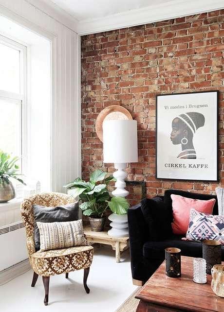 18. Sala de estar com papel de parede rustico e moveis chiques – Foto Blog Lovin