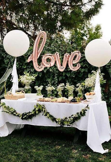 39. Folhagens são perfeitas para complementar a decoração simples de noivado – Foto: Pinosy