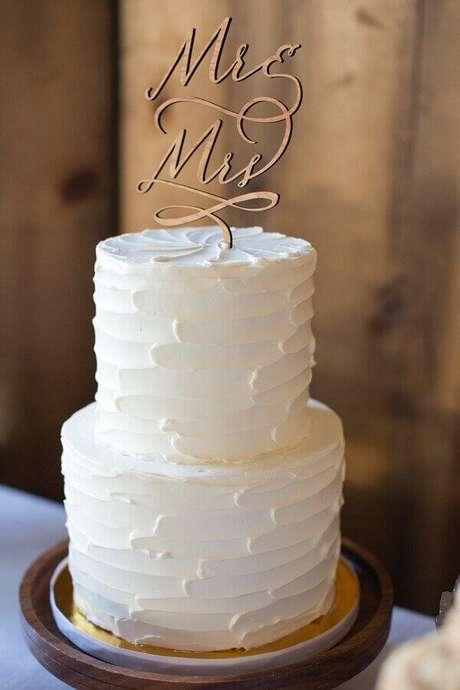 67. Modelo clássico de bolo de noivado simples todo branco dois andares – Foto: Wedding Ideas