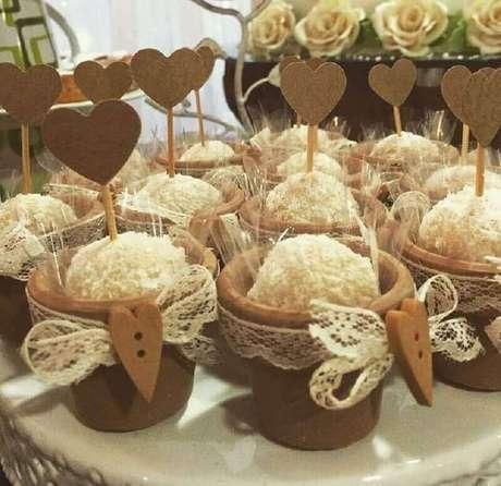 63. Docinhos personalizados para festa de noivado simples – Foto: Maria Bonita Festas