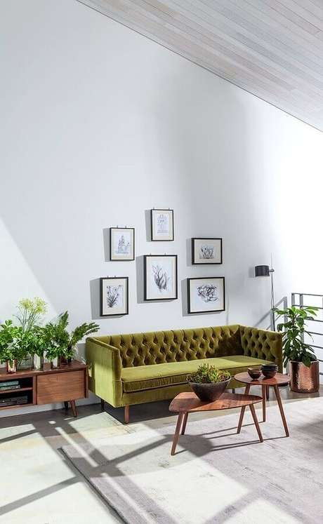 7. Sofá verde oliva capitonê para sala branca decorada com mesa de centro de madeira – Foto: Home Design Ideas