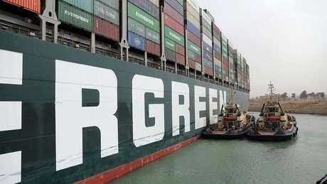 """""""O incidente mostrou o que pode dar errado quando a nova geração de grandes navios, como o Ever Given, tem que passar por estreitos canais"""", dizem analistas."""
