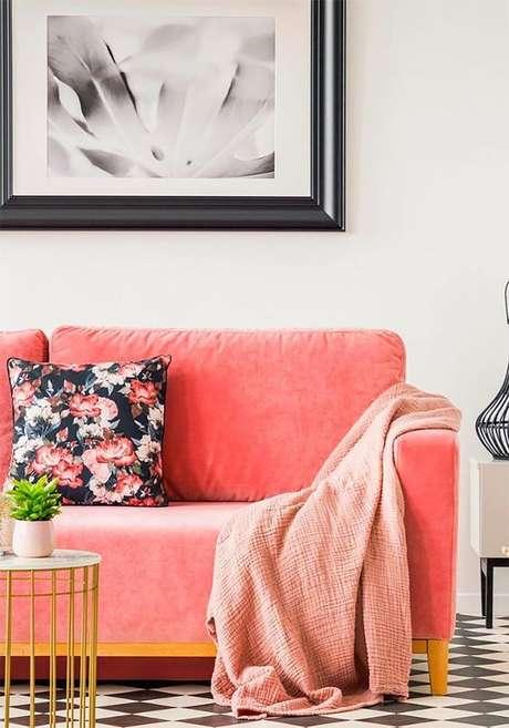 2. Sofá cor coral na sala de estar – Foto Pinterest