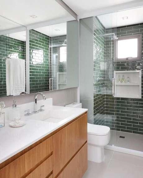 19. Decoração de banheiro com revestimento verde oliva para área do box – Foto: GR Projetos
