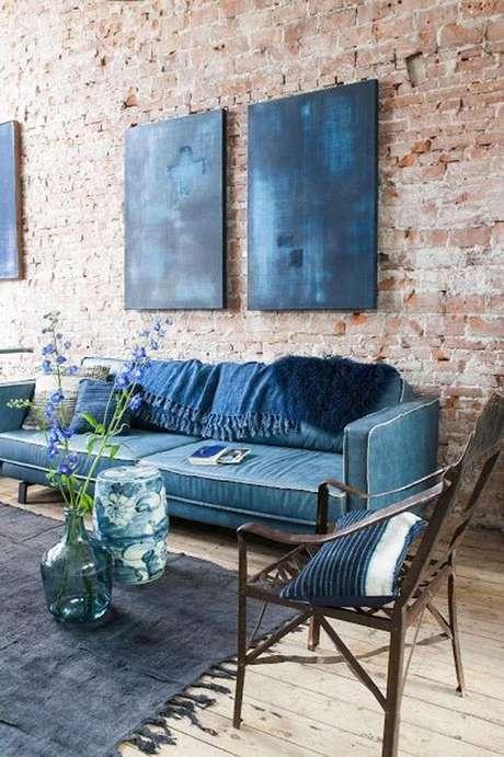 22. Sala com papel de parede rustico – Foto Casa e Jardim