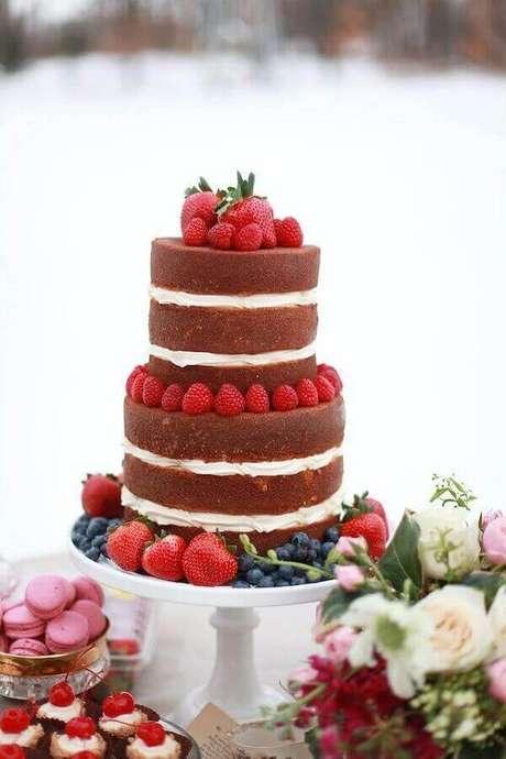 23. O naked cake de noivado simples também pode ser feito com massa de chocolate e decorado com muitos morangos – Foto: Burnett's Boards