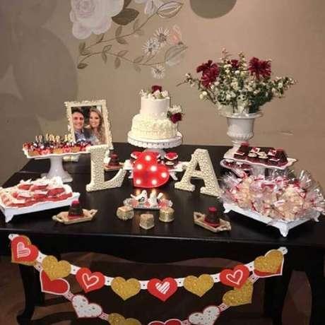 50. Decoração de mesa de noivado simples – Foto: Boas Festas Eventos