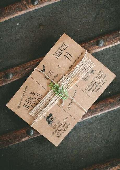 69. Os detalhes rústicos desse convite de noivado simples o deixaram ainda mais bonito – Foto: 100 Layer Cake