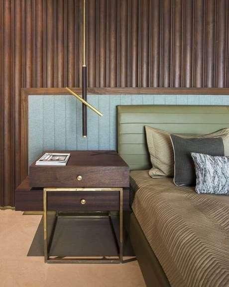 43. Quarto amadeirado moderno decorado com cabeceira estofada verde oliva – Foto: La Kombina