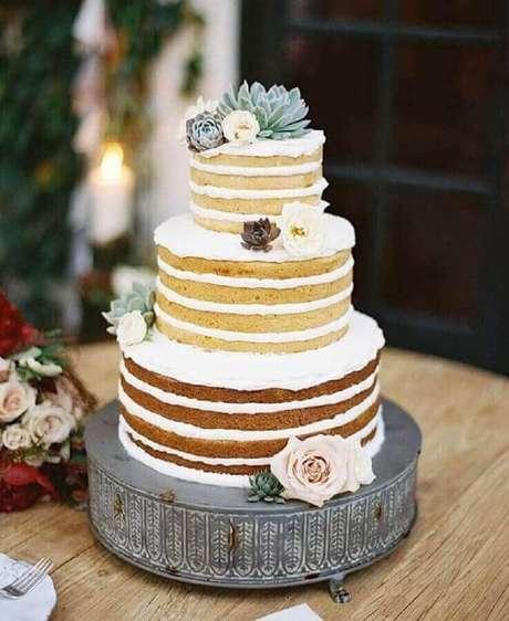 12. O naked cake é um dos bolos mais pedidos para festa de noivado simples – Foto: Affinity Weddings