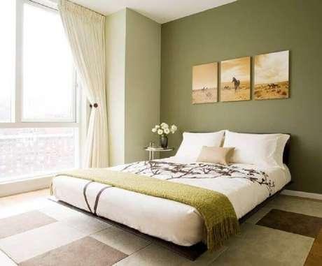26. Quarto de casal clean decorado com parede verde oliva – Foto: Pinterest