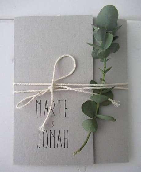 29. O barbante juntamente com o ramo de planta garantiu um toque especial ao convite de noivado simples – Foto: Huis & Grietje