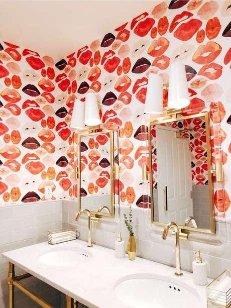 64. Papel de parede coral e vermelho para banheiro moderno – Foto Decoholic