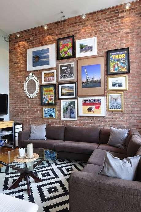 19. Sala de estar com papel de parede rustico de tijolinho – Foto Apartment Therapy