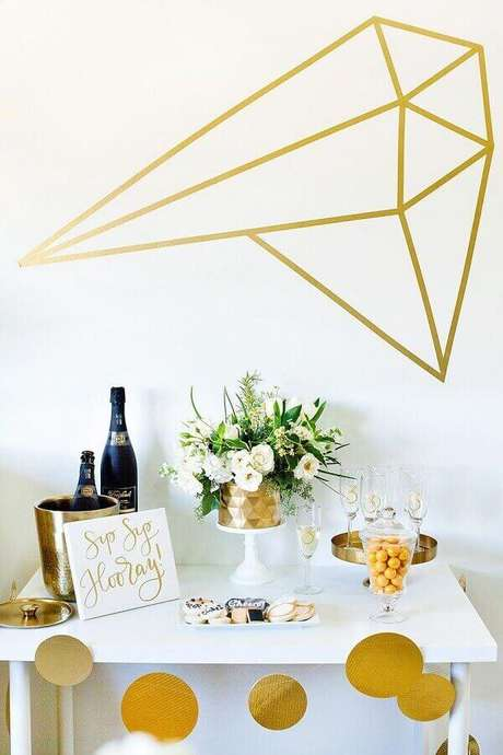 36. O dourado é perfeito para colocar um toque moderno e sofisticado na decoração de noivado simples – Foto: Table Decorating Ideas
