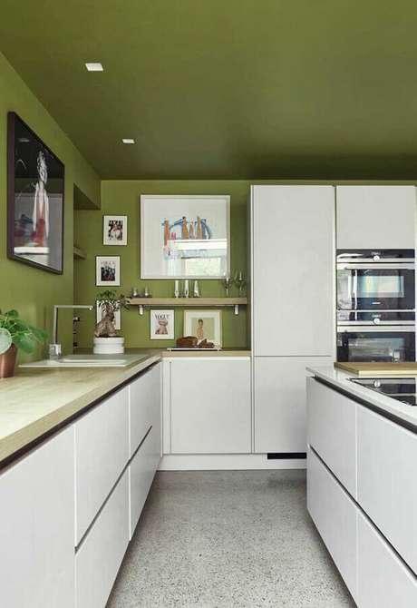 9. Decoração de cozinha branca com teto e parede verde oliva – Foto: HomeDeco