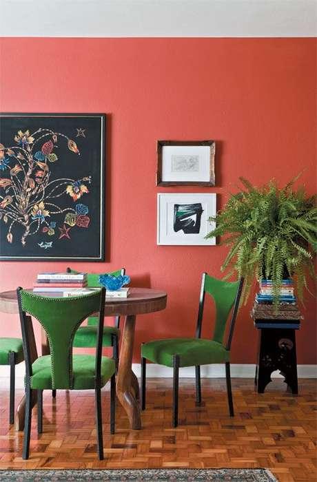 40. Parede cor coral e cadeiras verdes – Foto Casa Abril